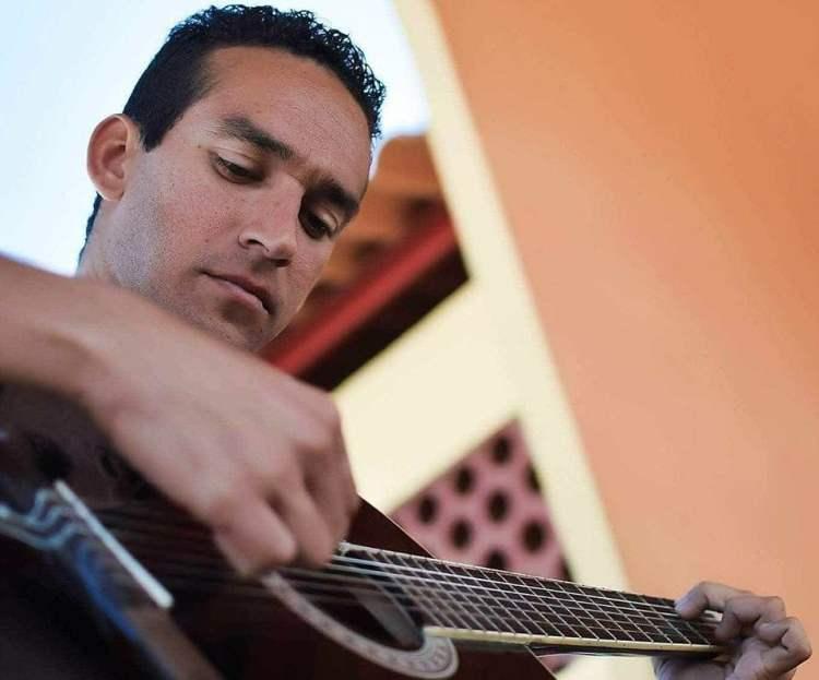 El trovador holguinero Tony Fuentes. Foto: Tomaa de su cuenta en Facebook.