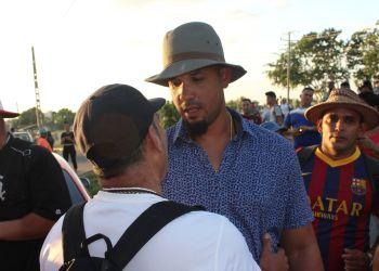 José Abreu saluda a los aficionados cienfuegueros en las afueras del parque 5 de Septiembre. Foto: Cortesía de Arnelio Álvarez.