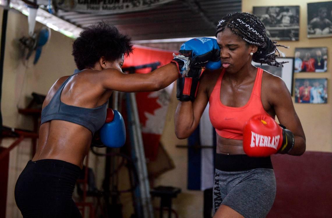 Varias son las mujeres boxeadoras que entrenan en Cuba a la espera de que se autorice la práctica del deporte. Foto: Yamil Lage/AFP.