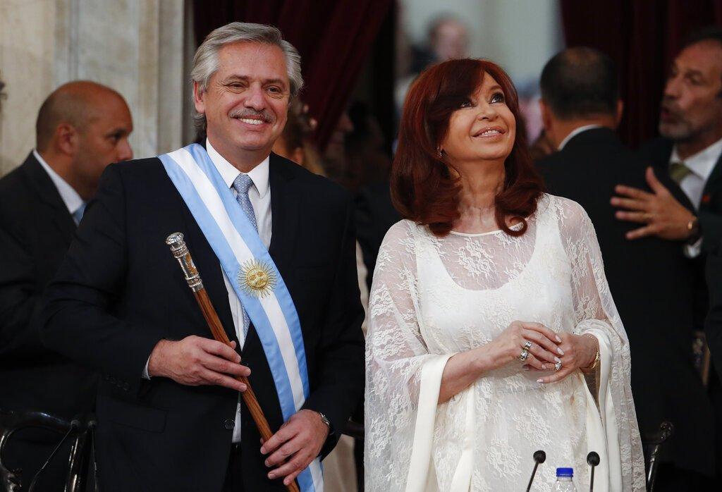 El presidente de Argentina, Alberto Fernández, a la izquierda, y la vicepresidenta Cristina Fernández de Kirchner sonríen después de prestar juramento en el Congreso en Buenos Aires, Argentina, el martes 10 de diciembre de 2019. Foto: AP/Natacha Pisarenko