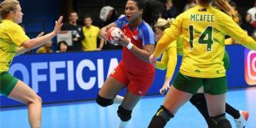 Momento del juego entre Cuba (rojo y azul) y Australia (amarillo y verde) de balonmano femenino, ganado por las cubanas 45-45, en el Campeonato Mundial de Kumamoto, Japón. Foto: IHF.