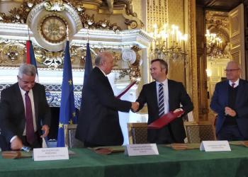 El secretario de Estado francés de Asuntos Exteriores, Jean-Baptiste Lemoyne (der), y el ministro cubano de Comercio Exterior y la Inversión Extranjera, Rodrigo Malmierca firmaron este viernes dos convenciones por las que París invertirá, 5 millones de euros en un proyecto de agroturismo y 2,7 millones para la reconstrucción de redes de agua. Foto: EFE