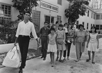 Familia cubana de los 60 llegando a EE.UU.