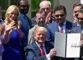 El pastor Guillermo Maldonado, en la foto de gafas oscuras a la izquierda y  en segundo plano, de Trump, participa en la ceremonia de la firma de una proclama presidencial el Día Nacional de la Oración, en mayo. (Foto AP/Susan Walsh