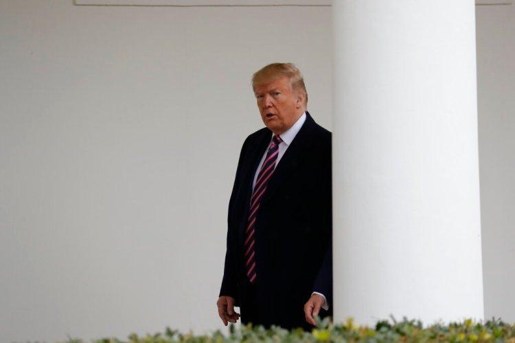 El presidente Donald Trump camina en la Casa Blanca, Washington, el viernes 13 de diciembre de 2019. Foto: Evan Vucci / AP.