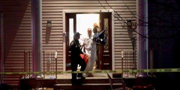 Policías trabajan en una casa en Monsey, Nueva York, en la madrugada del domingo, 29 de diciembre del 2019, luego de un ataque que dejó cinco acuchillados en una celebración de la festividad judía de Hanukkah. Foto: Seth Harrison/The Journal News vía AP.
