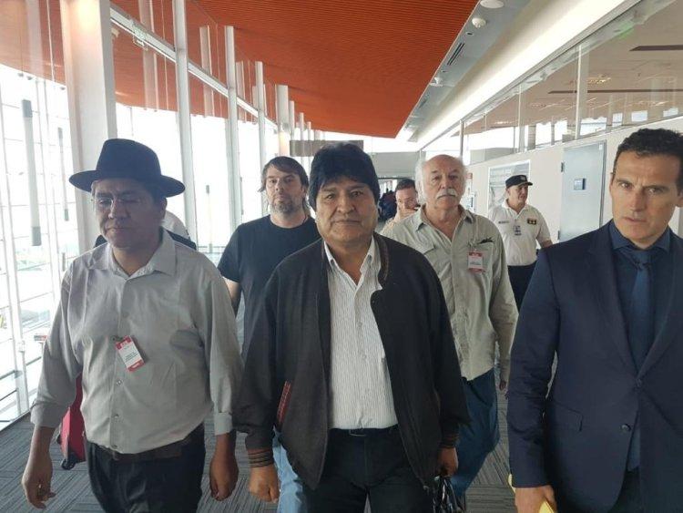"""Evo Morales a su llegada a Argentina aseguró que está """"fuerte y animado"""" y buscará """"seguir luchando por los más humildes y para unir a la Patria Grande"""". Foto: Carlos Girotti/EFE."""