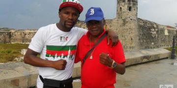 El boxeador cubano Jorge Hernández (der) junto a Floyd Mayweather, durante una visita del púgil estadounidense a La Habana, el 13 de octubre de 2015. Foto: Archivo/ OnCuba
