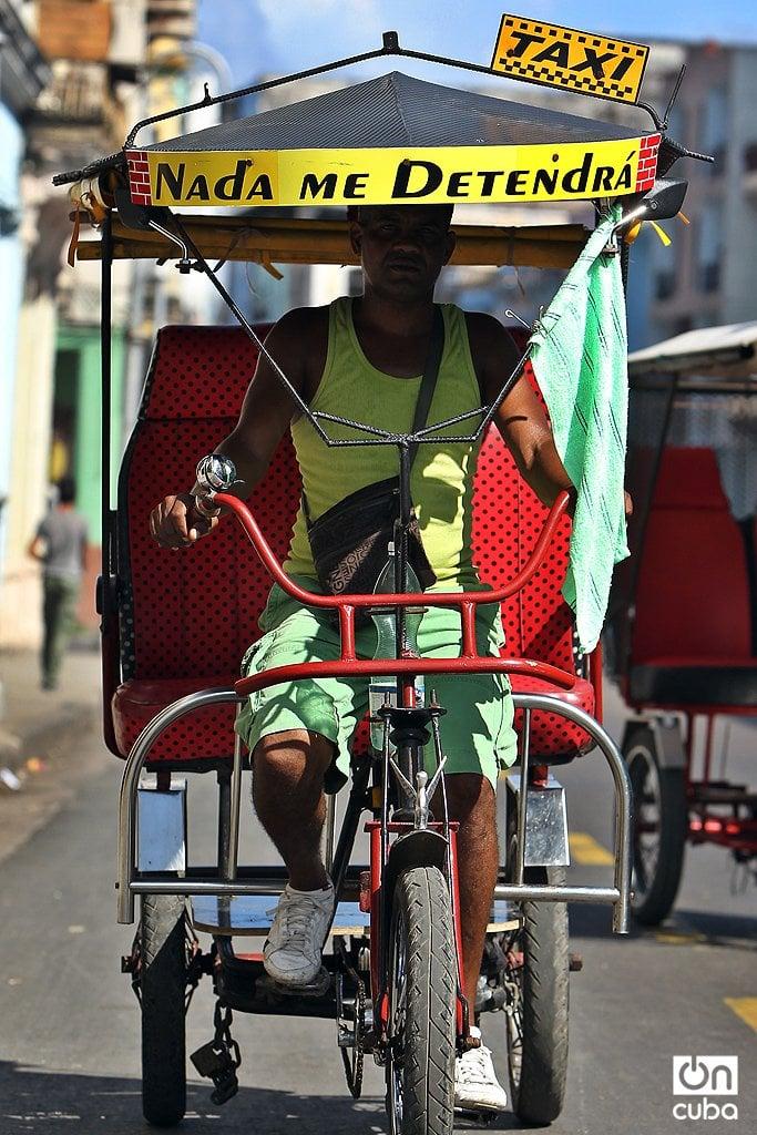 Filosofía tropical en un bicitaxi cubano. Foto: Alejandro Ernesto.