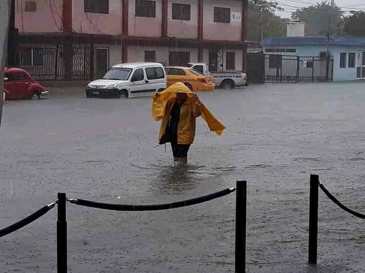 Inundaciones en la zona de la Alameda, en la ciudad de Santiago de Cuba, provocadas por las intensas lluvias asociadas a un frente frío, el martes 24 de diciembre de 2019. Foto: El Chago / Facebook.
