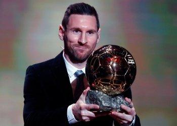 El argentino Lionel Messi, del Barcelona, posa con el trofeo en la ceremonia de premiación del Balón de Oro en París, el lunes 2 de diciembre de 2019. Messi ganó el galardón por sexta ocasión. Foto: AP/Francois Mori