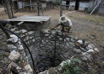 Un campesino observa el nivel de agua de un pozo en la provincia de Granma (2018). Foto: Jorge Luis Baños/IPS.