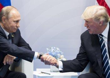 Putin y Trump se estrechan la mando durante la Cumbre del G20 en Hamburg, Alemania en julio de 2017. Foto: Marcellus Stein/AP.
