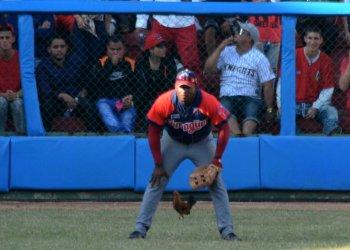 La misteriosa gallina de la ¿buena o mala suerte? que apareció en el quinto juego de la final de la Serie Nacional 59 entre los equipos de Matanzas y Camagüey. Foto: Gabriel García.