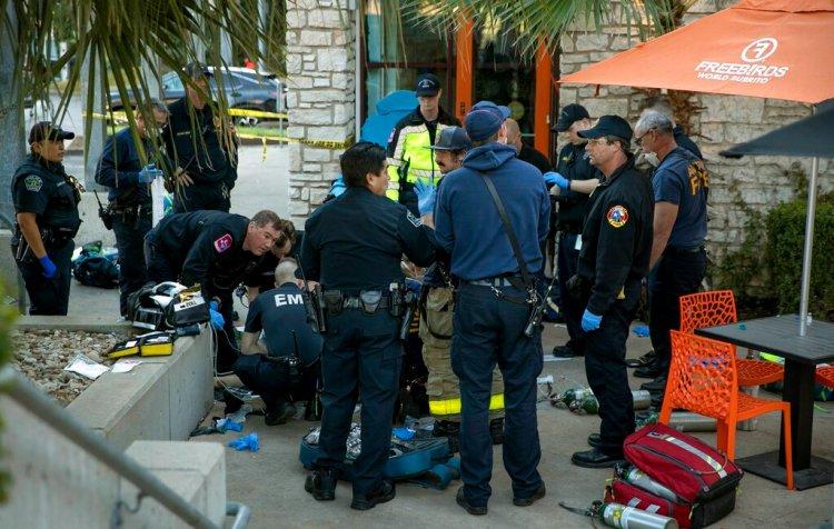 Paramédicos intentan revivir a la víctima de un ataque con cuchillo el viernes 3 de enero de 2020 en Austin, Texas. Foto: Jay Janner/Austin American-Statesman vía AP