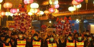 Elementos de seguridad montan guardia en el templo Wong Tai Sin, el viernes 24 de enero de 2020, en Hong Kong, durante los festejos por el Año Nuevo Lunar. Foto: Achmad Ibrahim/AP.