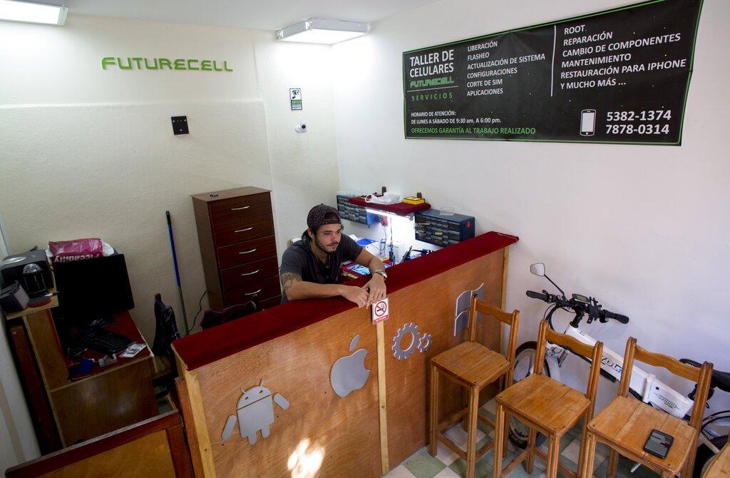 Iván Rodriguez, de 25 años y dueño de Futurecell, un taller de reparación de teléfonos celulares, se encuentra en su tienda en La Habana, Cuba, el lunes 13 de enero de 2020. Foto: AP/Ismael Francisco