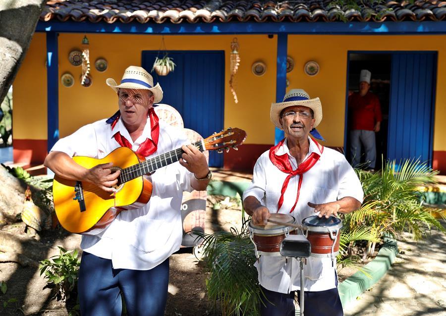 Fotografía del 17 de enero de 2020 que muestra un dúo musical tradicional, en la Hacienda Guachinango, en Sancti Spíritus. Foto: EFE/ Yander Zamora