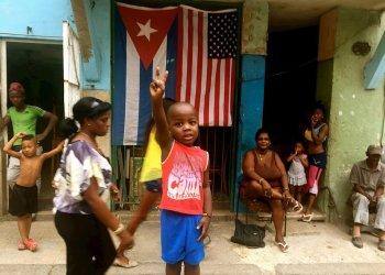 """Fotograma cedido por el Festival Sundance que muestra a un grupo de niños en La Habana, en una imagen del documental """"Epicentro"""", del realizar austríaco Hubert Sauper. Foto: Festival Sundance / EFE."""