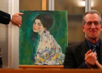 """Una pintura hallada el pasado diciembre entre las paredes de museo se exhibe en una conferencia de prensa en Piacenza, Italia, el viernes 17 de enero del 2020. Expertos en arte confirmaron que se trata de la pintura robada de Gustav Klimt """"Retrato de una dama"""", dijeron fiscales el viernes. (AP Foto/Antonio Calanni)"""