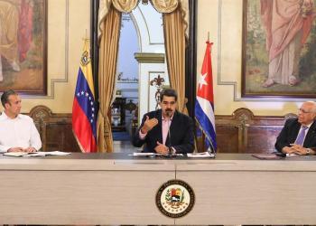 Presidente venezolano, Nicolás Maduro (c) y Ricardo Cabrisas (der), en un acto de Gobierno este lunes, en Caracas (Venezuela). Foto: EFE/ Prensa Miraflores.