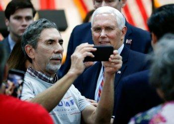 El vicepresidente Mike Pence, a la derecha, posa para una foto con un simpatizante al término de un acto de campaña en Kissimmee, Florida, el jueves 16 de enero de 2020. (AP Foto/John Raoux)