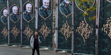 Un hombre pasa junto a carteles con la imagen del general de la Guardia Revolucionaria Qassem Soleimani, que murió en un ataque de Estados Unidos en Bagdad, en una calle de Teherán, Irán, el 4 de enero de 2020. (AP Foto/Vahid Salemi)