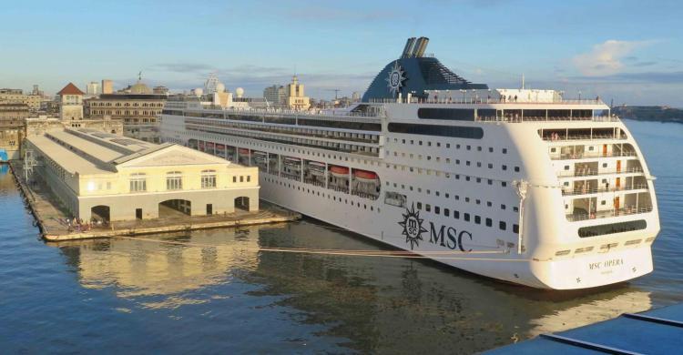 El crucero MSC Opera fondeado en el puerto de La Habana   Foto: Sea Trade News
