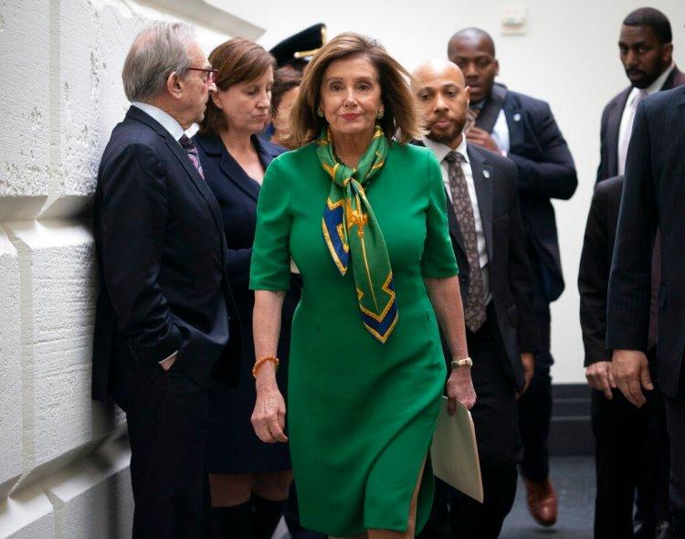 La presidenta de la Cámara de Representantes, Nancy Pelosi, sale de una reunión a puertas cerradas con el bloque demócrata en el Congreso, Washington, el martes 14 de enero de 2020. Foto: J. Scott Applewhite / AP.