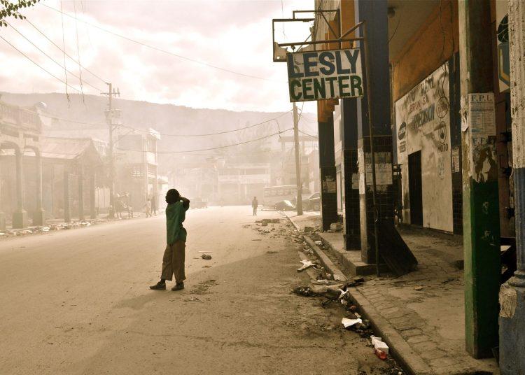 Una de las avenidas de la capital, desierta y todavía envuelta en la neblina del temblor. Foto: RF.