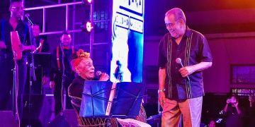 La diva del Buena Vista Social Club, Omara Portuondo, canta junto al salsero boricua Andy Montañez durante su gira por barrios habaneros. Foto: Cortesía del equipo de Omara