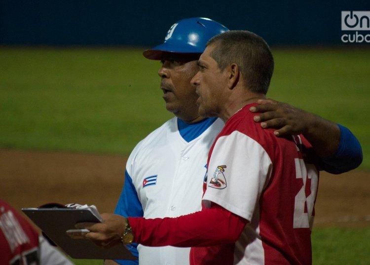 Guillermo Carmona (izquierda) será el nuevo manager de Industriales tras fungir como coach del equipo durante las dos últimas temporadas. Foto: Otmaro Rodríguez.
