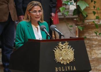 """La presidenta interina boliviana, Jeanine Áñez, da un discurso en el Palacio de Gobierno donde indicó que Bolivia se libró de """"un destino como el de Venezuela"""" al acabar con la """"violencia"""" y la """"corrupción"""" de la era de Evo Morales en el poder, este miércoles, en La Paz (Bolivia). Foto: EFE/ Martín Alipaz"""