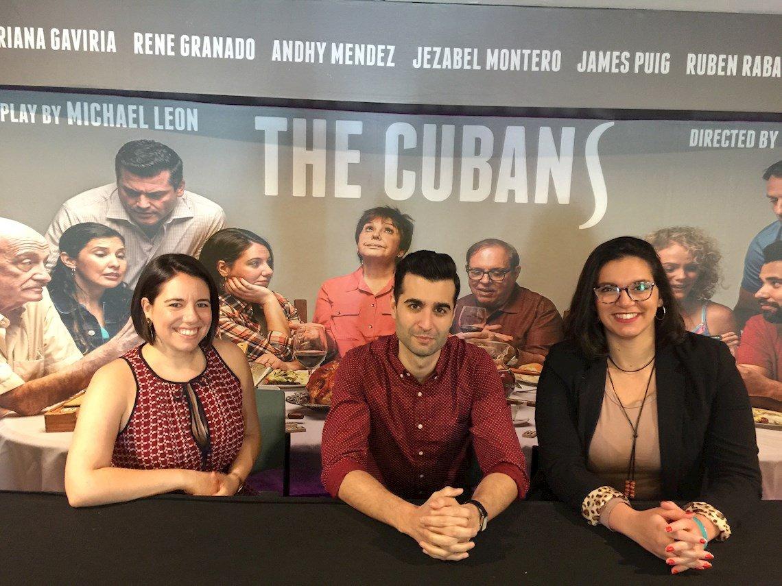 """El autor de la obra """"The Cubans"""" (Los cubanos), el dramaturgo cubano-estadounidense Michael León (c); la directora Victoria Collado (d), y la actriz Ashley Álvarez (i) durante una entrevista con la agencia Efe en Miami, Florida (EE.UU.), el 20 de enero de 2020.  Foto: Ana Mengotti / EFE."""