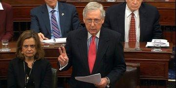 En esta imagen tomada de un video, el líder de la mayoría en el Senado Mitch McConnell habla durante el juicio político al presidente Donald Trump el martes 28 de enero de 2020, en Washington. Foto: Senate Television vía AP.