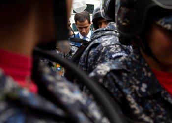 El presidente de la Asamblea Nacional Juan Guaidó con el paso bloqueado por policías para ingresar al inmueble en Caracas, el domingo 5 de enero de 2020. (AP Foto/Andrea Hernandez Briceño)