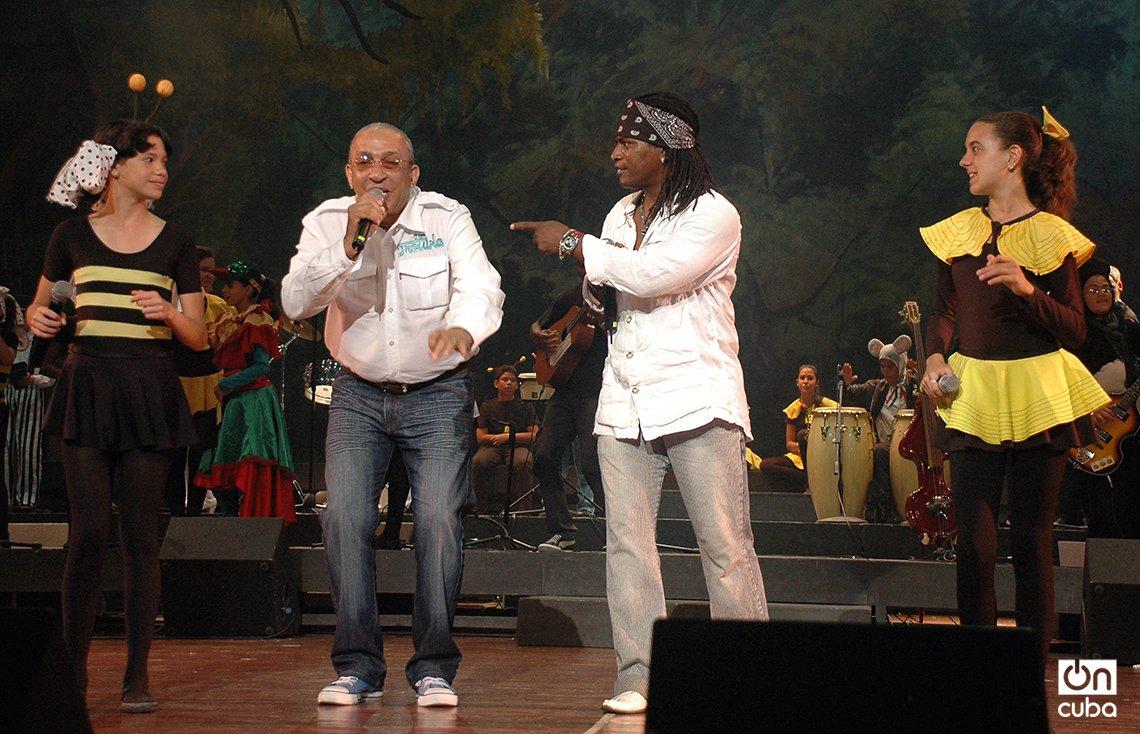 """El maestro Juan Formell, director de Los Van Van, y el cantante Mayito Rivera participan de la obra """"La cucarachita Martina"""", de La Colmenita. Foto: Kaloian."""