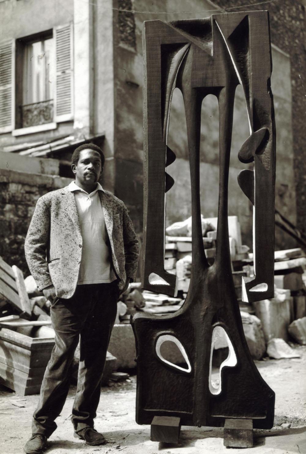 "El escultor cubano Agustín Cárdenas junto a su obra ""Mon ombre après minuit"". Foto: Pierre Golendorf / denverartmuseum.org / Archivo."
