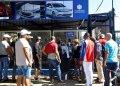 Varias personas hacen fila para la compra de autos de segunda mano en La Habana, cuya venta en moneda libremente convertible por parte del gobierno cubano comenzó el martes 25 de febrero de 2020. Foto: Ernesto Mastrascusa / EFE.