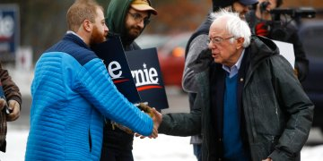 El precandidato presidencial demócrata, el senador Bernie Sanders, se reúne con simpatizantes fuera de un centro de votación durante las primarias en Manchester, Nueva Hampshire, el martes 11 de febrero de 2020. Foto: Matt Rourke/AP.
