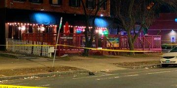 """En esta foto se ve el club nocturno """"Majestic Lounge"""", donde durante la madrugada de hoy se produjo una balacera. Foto: Ayah Galal, Channel 3 Eyewitness News (WFSB-TV) via AP."""