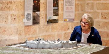 Carmen Fusté, representante del Comité Científico Internacional sobre Fortalezas y Patrimonio Militar (ICOMOS por sus siglas en inglés), mientras observa una muestra en la Fortaleza de Ataré, en La Habana (Cuba). Foto: EFE/ Ernesto Mastrascusa.