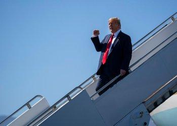 El presidente Donald Trump llega al Aeropuerto Internacional de Palm Springs, rumbo a un evento de recaudación de fondos en Rancho Mirage, California, el miércoles 19 de febrero de 2020. Foto: Evan Vucci/AP.