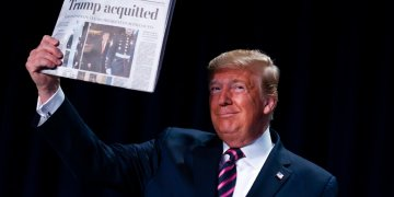 """El presidente Donald Trump alza un diario con el titular """"Trump absuelto"""" durante el 68vo Desayuno Nacional de Oración en Washington, jueves 6 de enero de 2020. (AP Foto/ Evan Vucci)"""