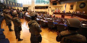 Elementos armados de las fuerzas especiales salvadoreñas que seguían órdenes del presidente Nayib Bukele entran al Congreso tras la llegada de legisladores en San Salvador, El Salvador, el domingo 9 de febrero de 2020. (AP Foto/Salvador Melendez)