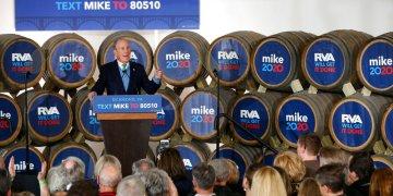El precandidato presidencial Mike Bloomberg habla durante un evento de campaña en Hardywood Park Craft Brewery en Richmond, Virginia, el sábado 15 de febrero de 2020. (James H. Wallace/Richmond Times-Dispatch vía AP)