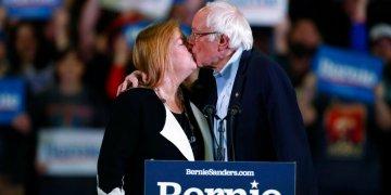 El precandidato presidencial demócrata Bernie Sanders, senador por Vermont, besa a su esposa Jane durante un acto de campaña, el domingo 16 de febrero de 2020, en Denver. (AP Foto/David Zalubowski)