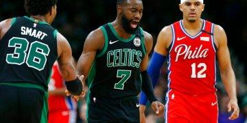 Jaylen Brown (7) de los Celtics de Boston celebra con Marcus Smart (36) tras anotar frente a Tobias Harris de los 76ers de Filadelfia, el sábado 1 de febrero de 2020. Foto: AP/Michael Dwyer.