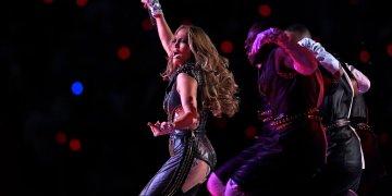 Jennifer Lopez durante el medio tiempo del Super Bowl 54 entre los 49ers de San Francisco y los Chiefs de Kansas City el domingo 2 de febrero de 2020, en Miami Gardens, Florida. (AP Foto/Mark J. Terrill)