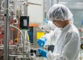Un trabajador de la farmacéutica tailandesa Siam Bioscience. Foto: bangkokpost.com
